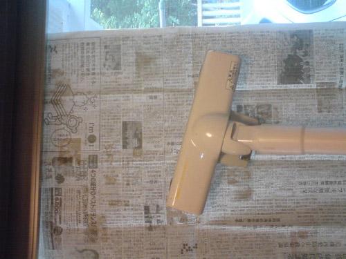 生活の噂・裏技・裏話_網戸のホコリを掃除機と新聞紙を使って綺麗に取る方法