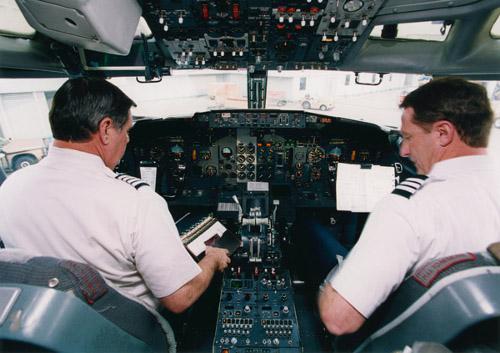 乗り物の噂・裏技・裏話_機長と副操縦士の簡単な見分け方