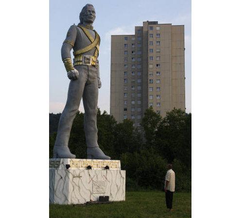 海外の噂・裏技・裏話_スイスに巨大なマイケル・ジャクソン像がある