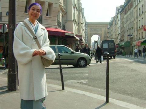 きもののコート姿、やはり庶民の町パリ10区で