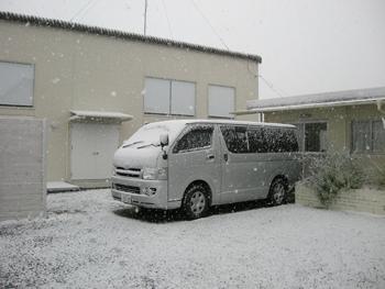 ハイエースが雪で