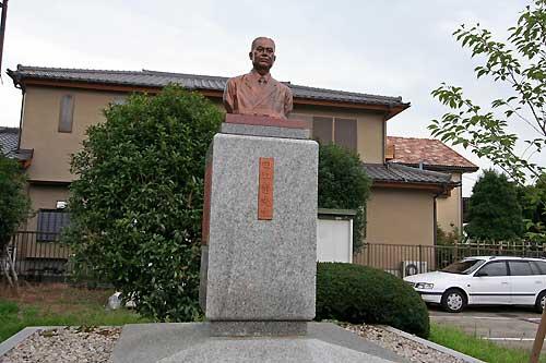 田口静先生銅像