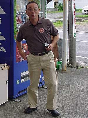 缶コーヒー買ってるサカエ印刷のカンキ