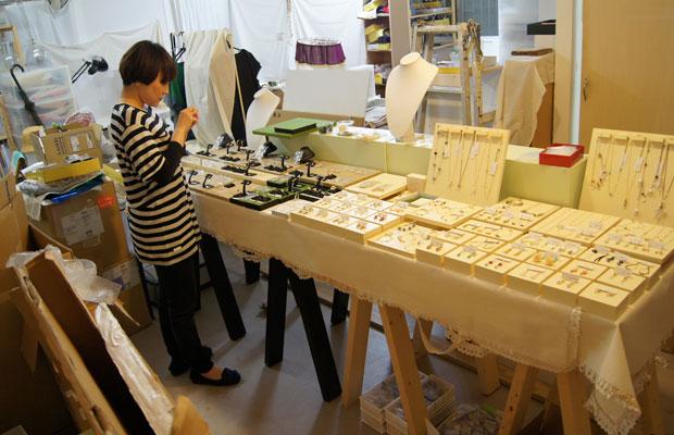 出張デコレイトミー 博多阪急の期間限定ショップ オープンまであと3日です。 アトリエの空いたスペースを使ってディスプレイのデモンストレーションです。