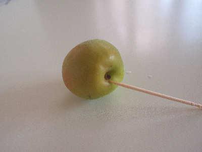 梅のへたを取ります。