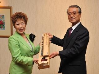 受賞記念の大正琴を贈る北林会長