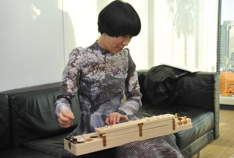 「絆・大正琴」を演奏する菅野さん