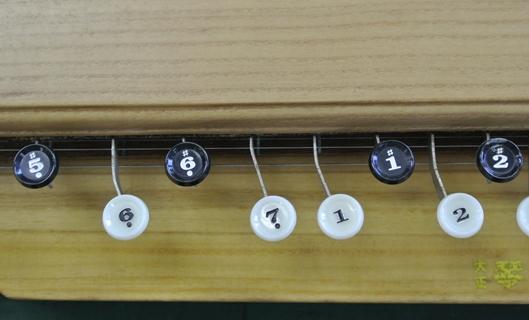キー板を曲げた状態の大正琴