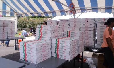 ピザの箱山積み