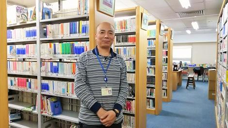 北京日本人会図書室と担当の任正平さん