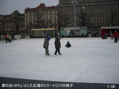 駅の近くのちょっとした広場のスケートリンクの様子