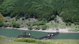 青土ダムの浮き桟橋は家族連れ観光スポット