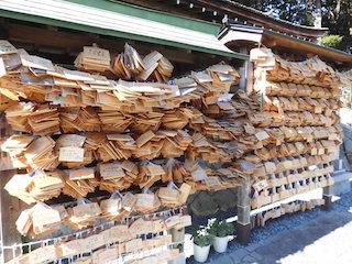 大野神社の絵馬には、嵐のメンバーの健康祈願や、ライブコンサートのチケット当選祈願