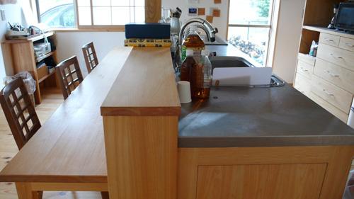 ヒノキ無垢の木製キッチンカウンター