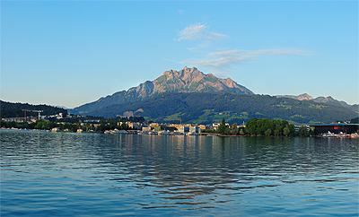 ルツェルン湖の夜明け