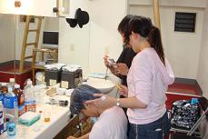 hei、高村役きりんのきりりさんの髪を染める。