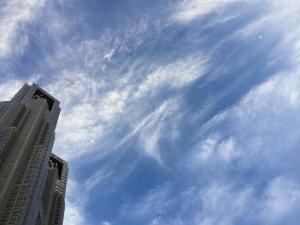 都庁に青空に三日月☆18-5-20