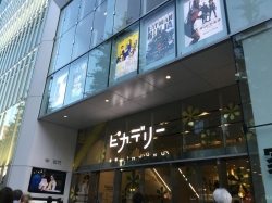新宿ピカデリー、正面入口前☆18-7-1