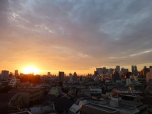 日の出、朝焼けの新宿高層ビル群☆18-7-11
