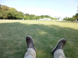 新宿御苑、芝生で横に☆19-5-17