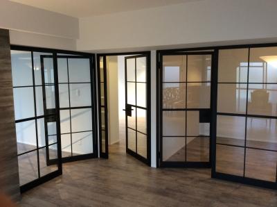 アイアンとガラスのドア