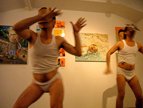 e7e2f7217065b 終盤に向けてどんどん人が増える不思議なパーティーと思ったら、閉めは彼らのパフォーマンス。白ブリーフにランニングシャツで踊るメンペは作品に負けず劣らずハイ  ...