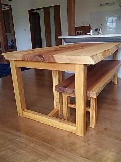 トチのテーブルとスギのベンチ