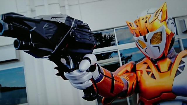 銃を向ける仮面ライダーバルキリー