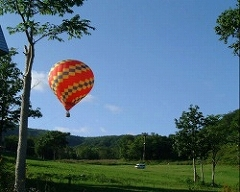 地上に係留されて40m上空から、ニセコ高原が眺められる。