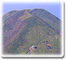 日帰りでも十分に本格的トレッキング気分が味わえる、ニセコアンヌプリ登頂ルート「ゴンドラコース」このコースは、ニセコアンヌプリ7合目のアンヌプリゴンドラ山頂駅を起点とした、距離約1.3km、高低差約300mの登山道です