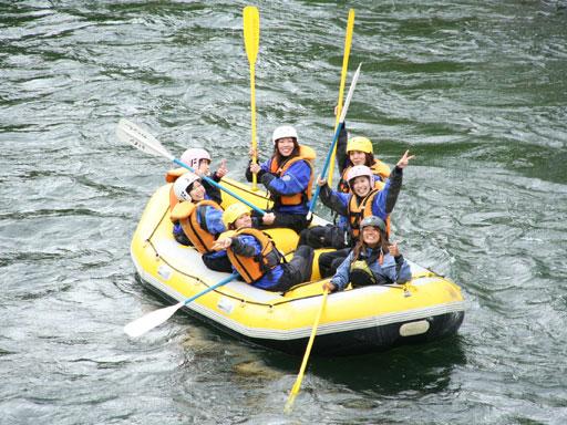 <ラフティング体験>ニセコを流れる雄大な尻別川で、仲間と一緒にスリルと興奮を味わいましょう。この時期は水流が少なめ=お子様でも安心!