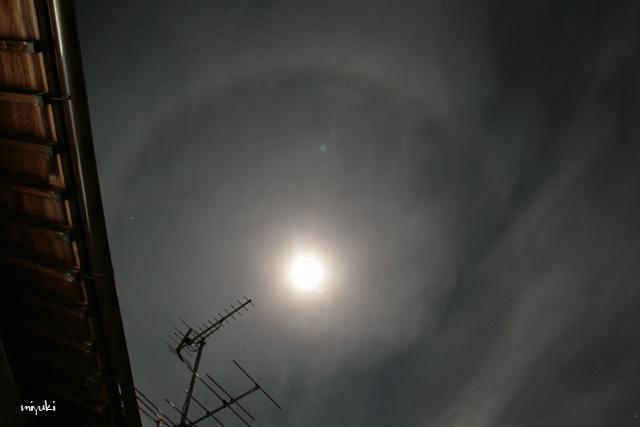 月と丸い雲