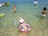 湖に飛び込む子どもたち