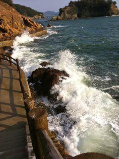 仙酔島の五色岩前の遊歩道、荒波の日