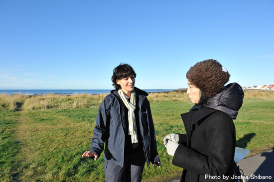 海岸沿いでも友達と会う小倉さん
