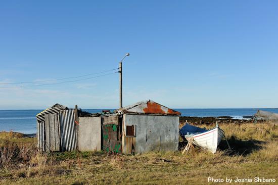 海岸沿いにたつ小屋