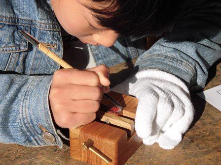 思斉小、篆刻に集中する児童