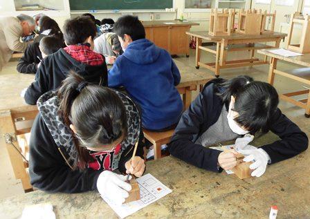 思斉小、篆刻に集中する児童2