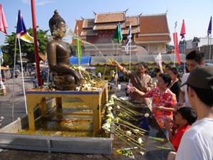 仏像に水をかける