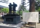 銅像と看板。