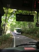 「バスから道へ」