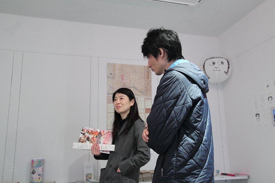 木藤純子さんと斉と公平太さん(インフォメーションにて)