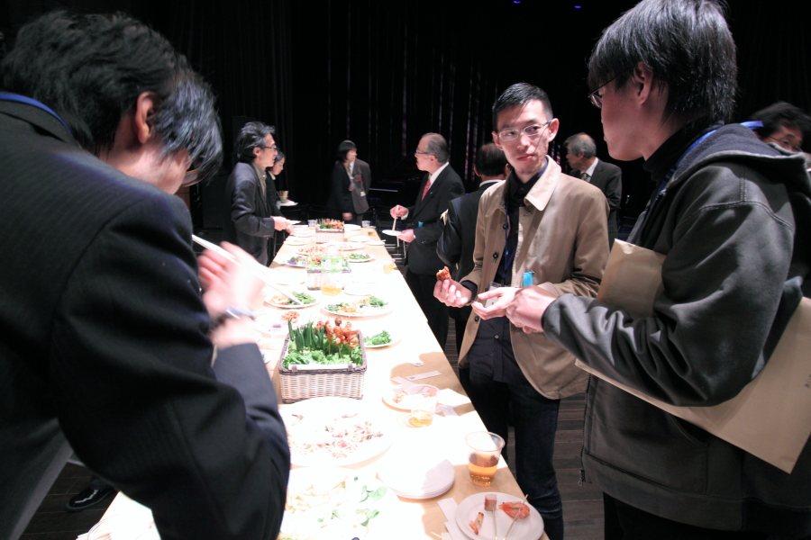平川祐樹さんと小柳裕さん。手前の後姿は斉と公平太さん