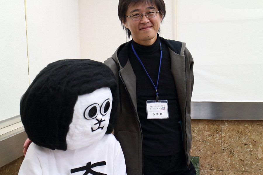 「オカザえもん」(斉と公平太)さんと小柳裕さん。