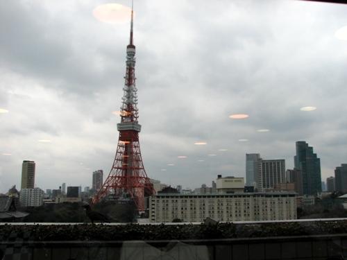 なんと窓からは正面に東京タワーと東京プリンス。少し左には増上寺も見えちゃう!