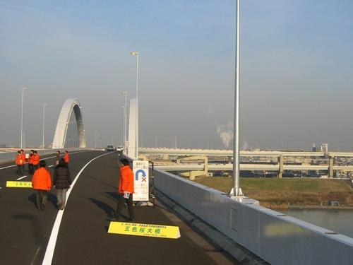 この橋の向こうは合流する首都高川口線