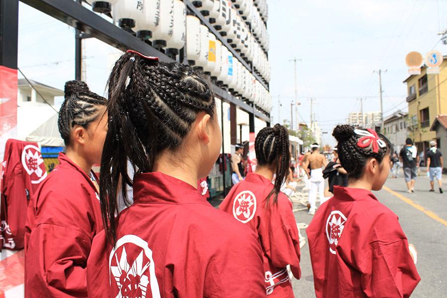 お昼休み中の女の子達にだんじりヘアを撮らせてもらいました。 近くで見てもとても綺麗な仕上がりだった。どのくらい時間かかるのかなー?