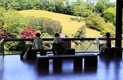 日本庭園の中央休憩所で