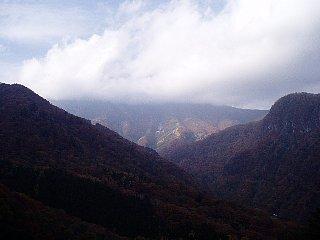 雲がかかる紅葉の山