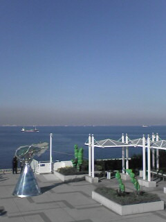 海ほたるから東京〜横浜方面を眺める
